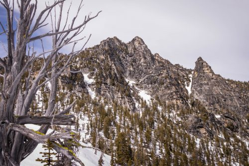 Three Musketeers Ridge in Enchantments via Snow Lakes Trail / 三劍客脊